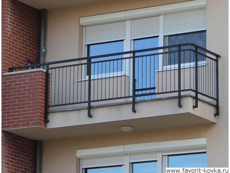 Металлическое ограждение балкона дома.